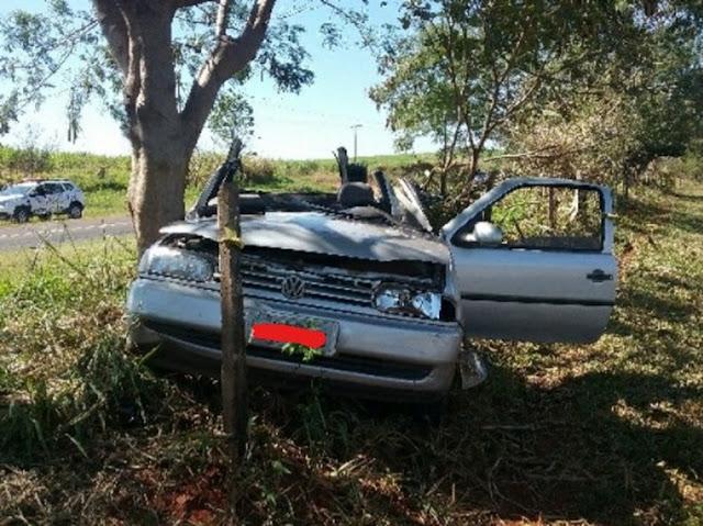 Motorista perde o controle da direção e bate carro em árvore em Ouro Verde