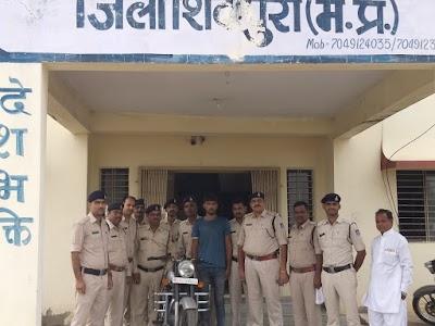 सतनबाडा पुलिस द्वारा एक आरोपी को चोरी की बुलेट सहित देशी कट्टा व जिंदा राउण्ड के साथ दबोचा | Shivpuri News