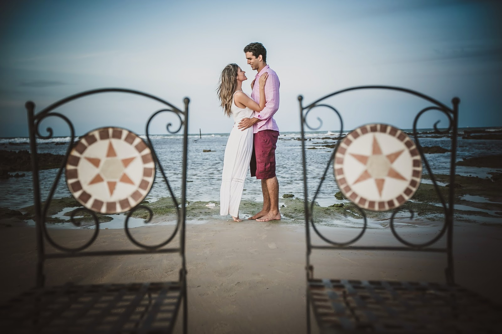 esession-praia-noivos-cadeiras