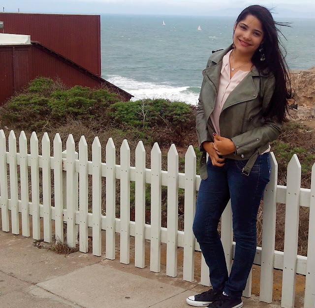 menina em frente a ocean beach