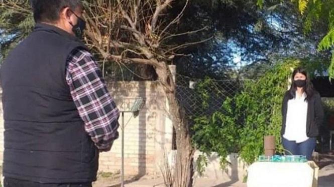 Alumna rindió un examen en la vereda de su casa porque no tenía internet
