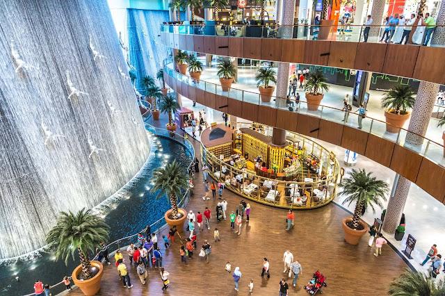 Mùa sale lớn nhất trong năm ở Dubai là vào tháng 12 nhân dịp Noel và năm mới. Một trong những điểm hấp dẫn nhất của những trung tâm mua sắm tại Dubai đó là các tín đồ du lịch mua sắm có thể mua những món đồ hàng hiệu với giá rẻ hơn mức trung bình của thế giới  từ 10-20% vì ở Dubai và các nước tiểu vương quốc Arập thống nhất UAE đều không có thuế VAT.