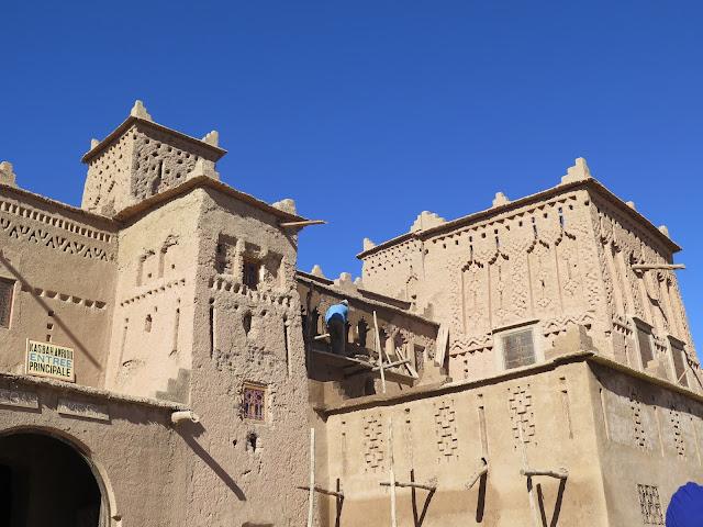 Trabajador en la fachada de la Kasbah Amridil