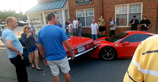 Motorista desastrado destrói Ferrari estacionada na rua
