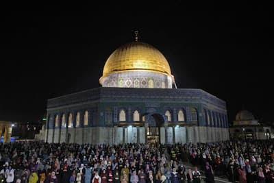 90 ألف فلسطيني يحيون ليلة القدر بالقدس في مشهد مهيب رغم الحصار