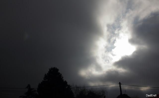 Trouée de lumière dans un ciel de brume d'hiver