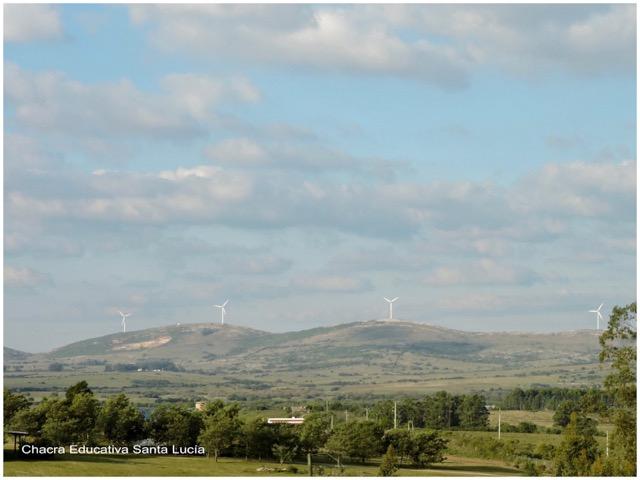 Molinos de viento generadores de energía eléctrica en Maldonado - Chacra Educativa Santa Lucía