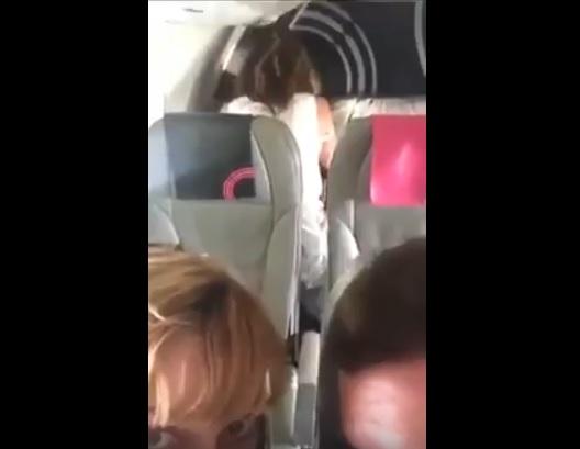 Đi máy bay mà cũng bị sóc vậy hả :v