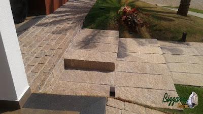 Escada de pedra folheta de granito junto a calçada com pedra paralelepípedo em casa em condomínio em Sousas-SP.