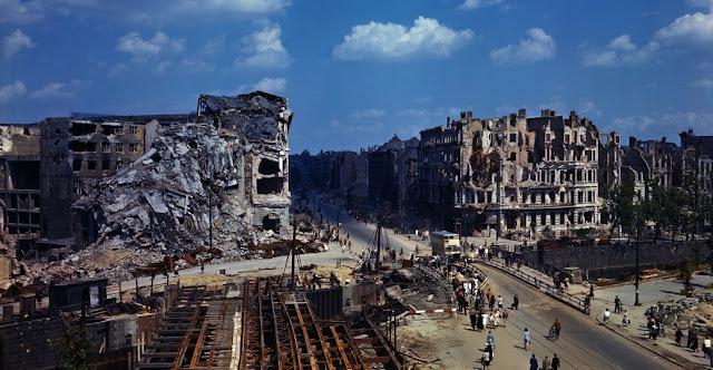 Berlin, Almanya 1945 yılının Temmuz ayı. Bombalama sonucu hasar gören binalar ve bir köprü.