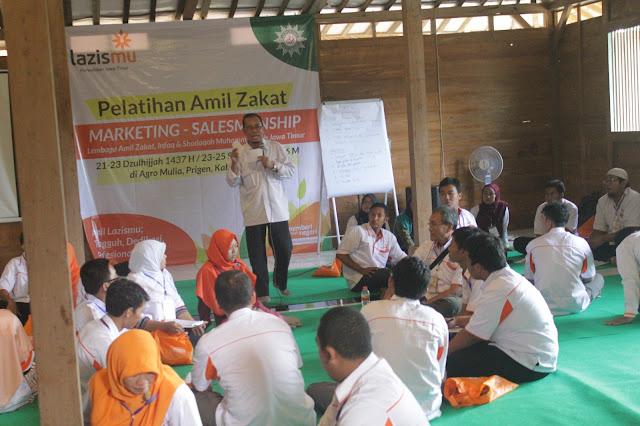 Salah satu pemateri dalam kegiatan Pelatihan Marketing Amil Zakat