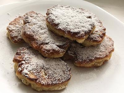 Placuszki z jabłkami posypane cukrem pudrem