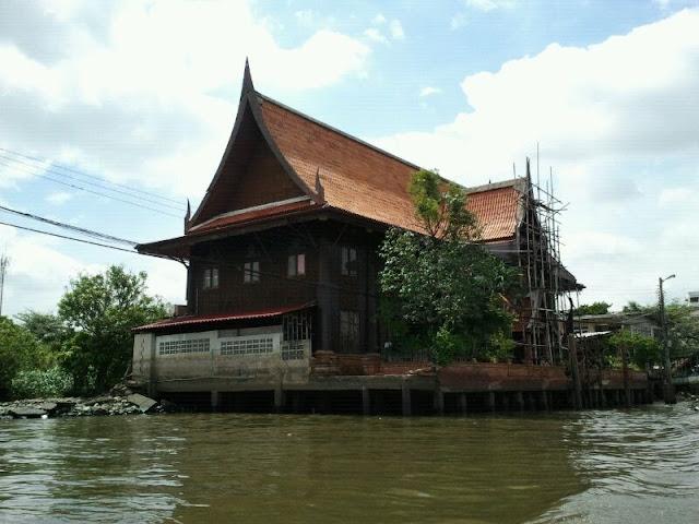 Bonita casa haciendo esquina en el río