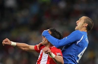 Futbolun En İlginç Anlarından Biri. Maç sırasında futbolcuların farkında olmadan yaptıgı hareketler
