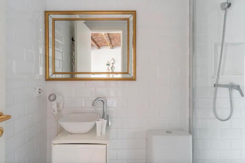 Baño con azulejo tipo metro blanco en piso de alquiler turístico