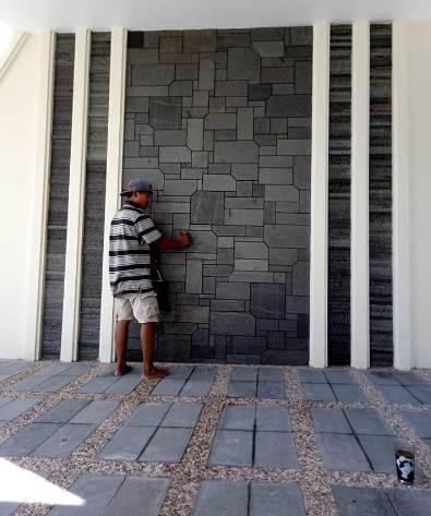 Dinding dengan batu alam rumah type 30 tema minimalis