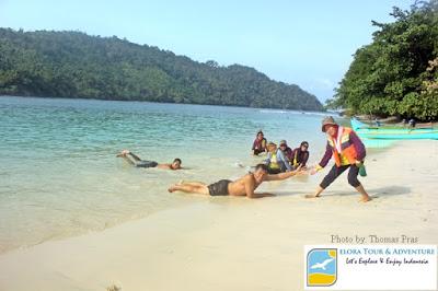 Peserta Family Gathering menikmati wisata pantai Pulau Kelapa