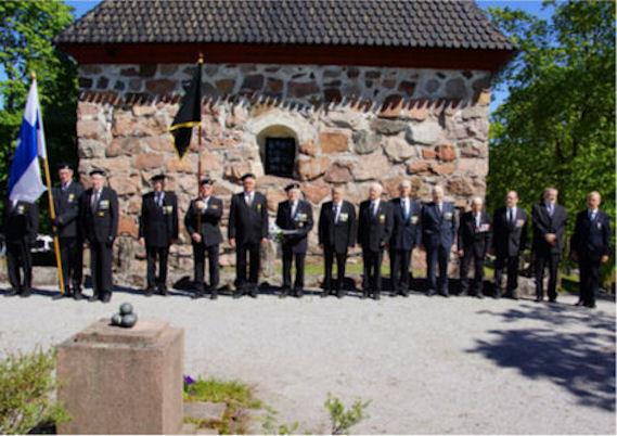 Kiltalaiset von Essenin haudalla lippuvartioineen.
