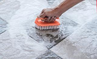 Hindari produk yang mengandung zat yang bisa merusak warna asli keramik