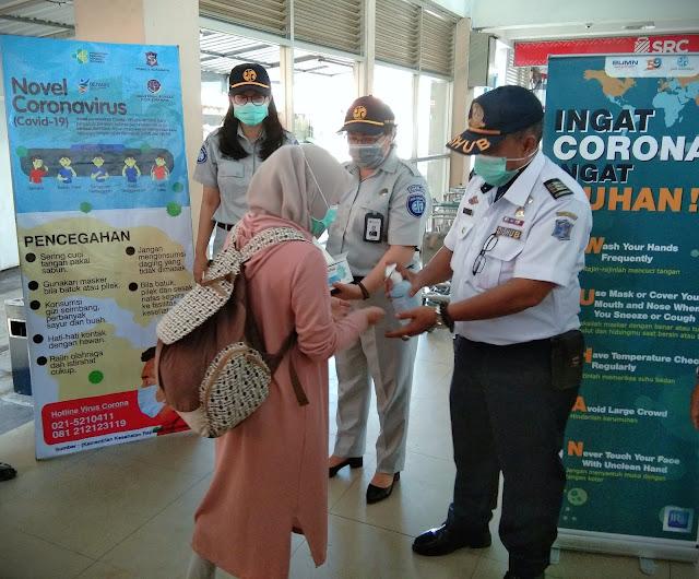 Jasa Raharja Bagikan Masker dan Hand Sanitizer di Terminal Purabaya