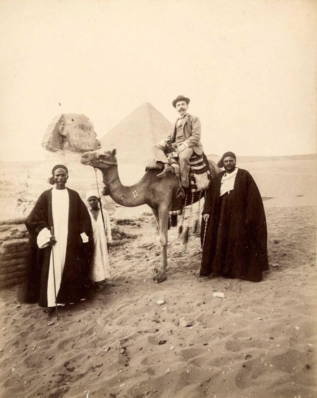 Turistas y guías con camello.