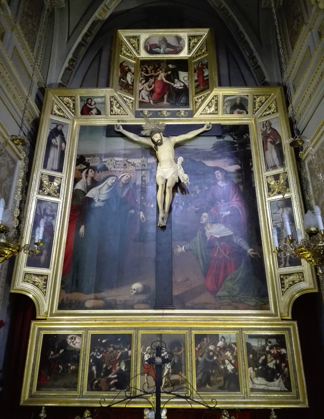 Retablo de la Crucifixión de Cristo y escultura Cristo del Fosar, en la Capilla Sixtina valenciana