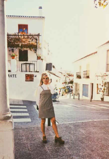 Calle típica de pueblo español tradicional