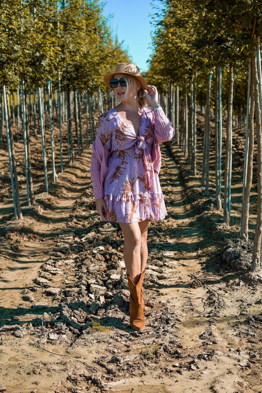 Różowa sukienka i różowy, zapinany sweter