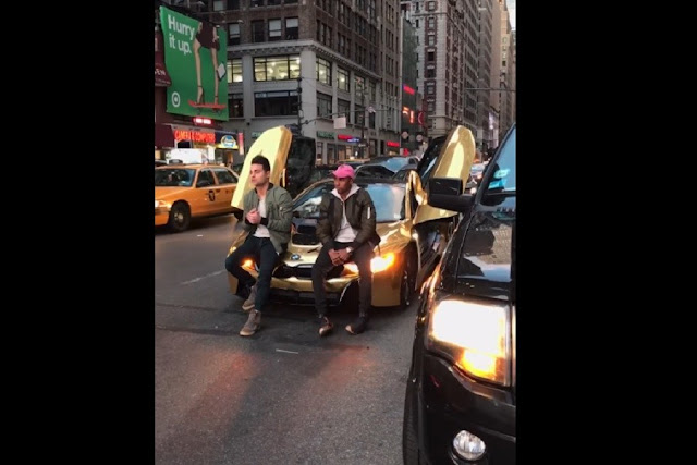 Detiene el tráfico con su carro de lujo para tomarse fotos y le rompen el parabrisas (VIDEO)