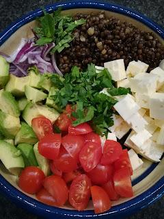 Linsensalat aus Belugalinsen und Avocado