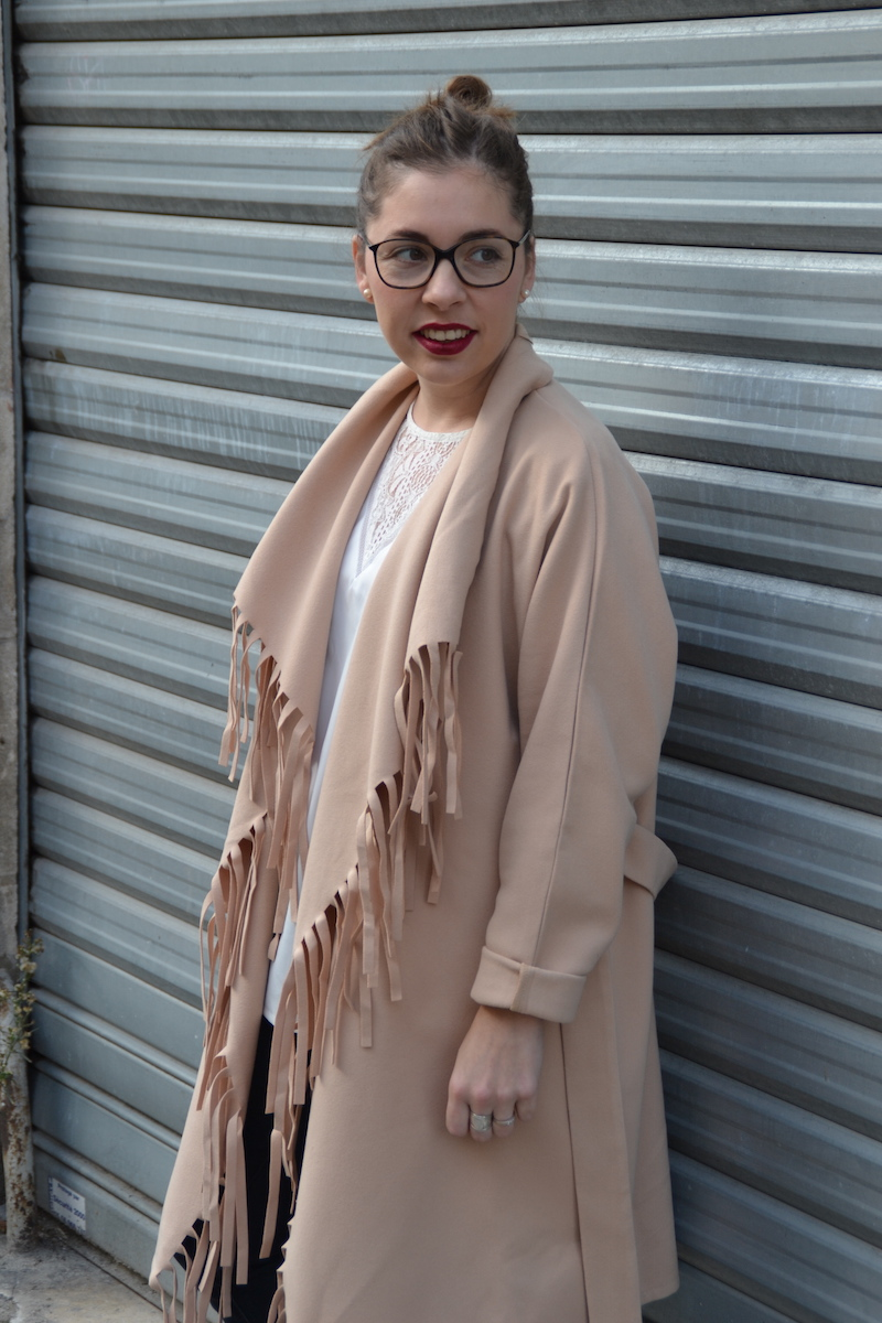 blouse dentelle et veste a frange camel Sheinside, jean jennyfer, tennis python Boohoo