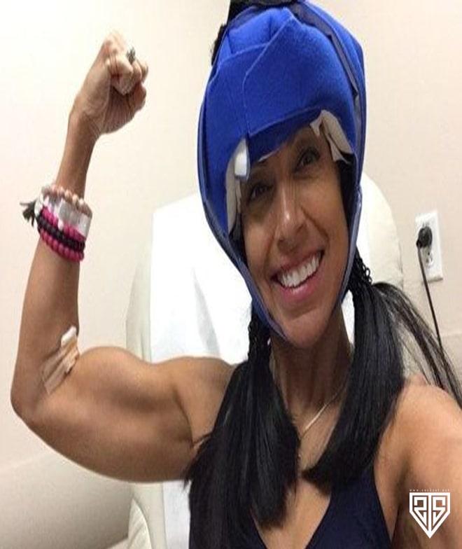 """Spor yapmak 54 yaşında bir kadını ölümcül bir hastalıktan kurtardı - FOTOĞRAF  Egzersiz Amerikalı bir kadını ölümcül bir hastalıktan kurtardı. Hikayesi Metro tarafından paylaşıldı. 54 yaşındaki Trisha Totten genç yaşlardan beri sporla uğraşıyor. Halter ile ilgilenene kadar aerobik eğitimine gitti. İki hamileliği sırasında bile bu hobiden vazgeçmedi. Mart 2017'de Tottenham'da meme kanseri teşhisi kondu. Tedavi sırasında 16 seans kemoterapi ve 33 seans radyasyon tedavisi aldı. Ek olarak, meme bezi cerrahi olarak kısmen çıkarıldı ve memenin şeklini düzeltmek için plastik cerrahi yapıldı. Tehlikeli hastalıklara ve zor tedavi prosedürlerine rağmen, Amerikalı kadın spordan vazgeçmedi. """"Kanser teşhisi konduğumda en iyi fiziksel formdaydım. Enerjim çok yüksekti ve evimizdeki atmosfer mükemmeldi. Çocuklar kolejdeydiler, bu yüzden zamanımın çoğunu spor salonunda geçirebilirdim. Tedavi başladığında, eğitim planımı yeni değiştirdim ve egzersiz yapmaya devam ettim """"dedi. Beden eğitiminin korkunç bir hastalığın üstesinden gelmesine yardımcı olduğuna inanıyor. """"Spor salonunda geçirilen zaman, hem fiziksel hem de psikolojik olarak sağlığımı iyileştirmede büyük rol oynadı. """"Fiziksel aktivite kontrolü ve doğru beslenme beni kanserden daha güçlü hale getirdi."""" Trisha kendini kurban olarak gördüğünden daha hızlı iyileşmeye başladığını itiraf etti: """"Bu neden benim başıma geldi?"""" Sorusunu değiştirdim, 'Bu hastalığı hayatımı daha iyi hale getirmek için nasıl kullanabilirim?' Teksaslı kadın, kanserden muzdarip olanlara ilham vermek için hikayesini paylaştı: """"Ameliyat sonucunda meme bezimin bir kısmını ve saçımı kaybettim. Ancak kanserin pozitifliğim, ailem ve arkadaşlarıma olan sevgim, zindelik ve sağlıklı bir yaşam tarzına olan tutkumdan kurtulmasına izin vermedim """"dedi.  socksat socksatnet blog blogger ads sock sat resim gorsel mavi resim on plan on plan resim site sayt bloger blogger logo edit download image-min (6)"""