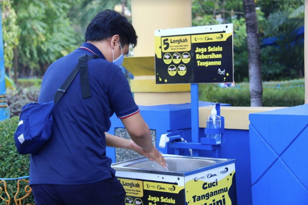 Tempat cuci tangan hand sanitizer di Ancol