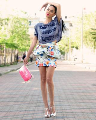 outfit con falda de flores casual de verano