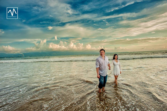 photo prewedding tema candid pantai