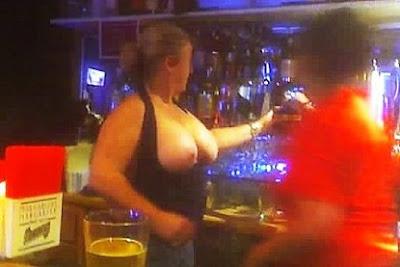 Mi esposa en topless en el bar