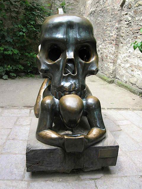 Governos e prefeituras vêm instalando em locais públicos 'obras de arte' alusivas aos poderes infernais como esta em Praga