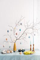 Albero di pasqua con uova colorate in maniera naturale