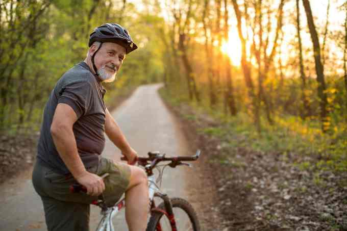 Vận động thường xuyên là một trong những cách giúp người có tuổi sống khỏe mạnh. Ảnh: Shutterstock.