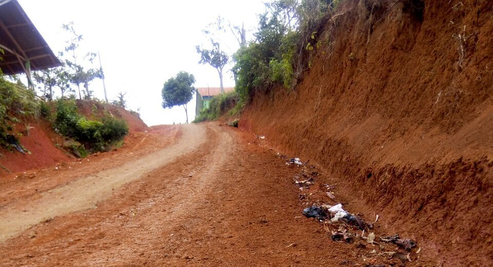 Jalan Induk Masih Tanah Merah,   Warga Minta Perhatian Pemkab