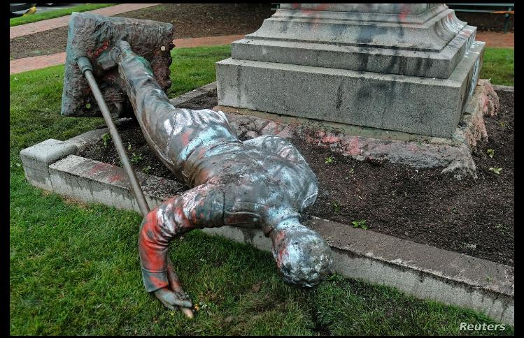 Un monumento en la ciudad de Richmond, Virginia, que conmemoraba a una unidad de artillería del gobierno confederado fue derribado por manifestantes el 17 de junio de 2020 / REUTERS
