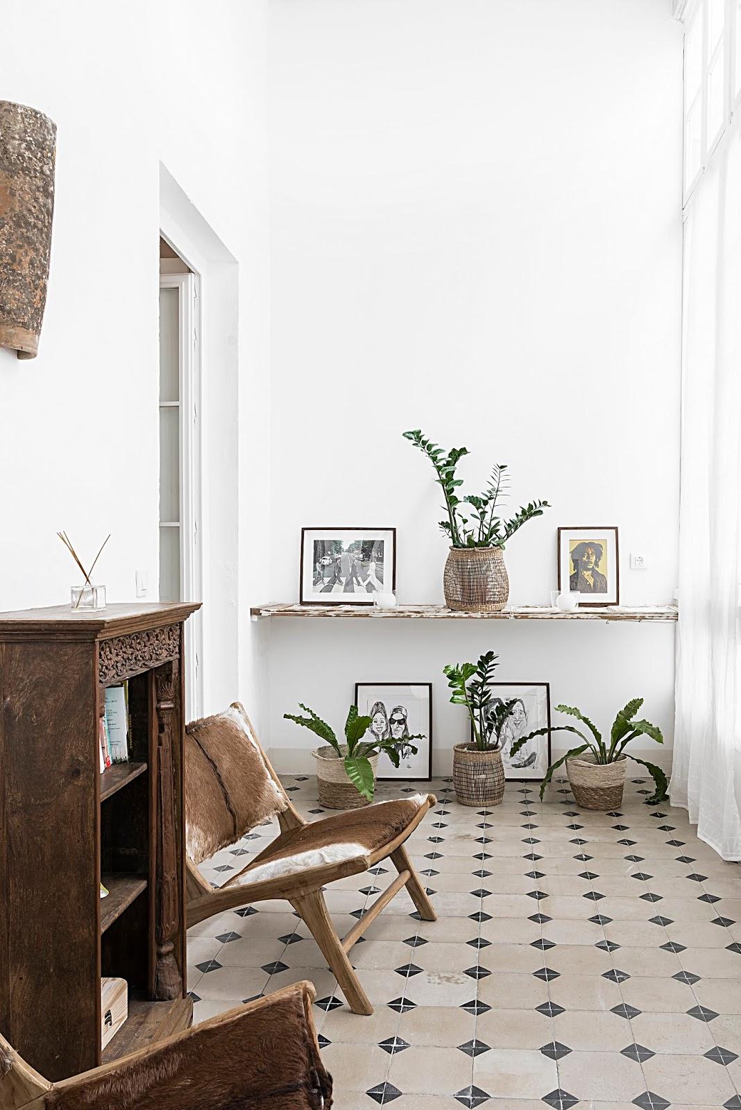 Entrada y pasillos con decoración en blanco y madera en un apartamento en el centro de Cádiz