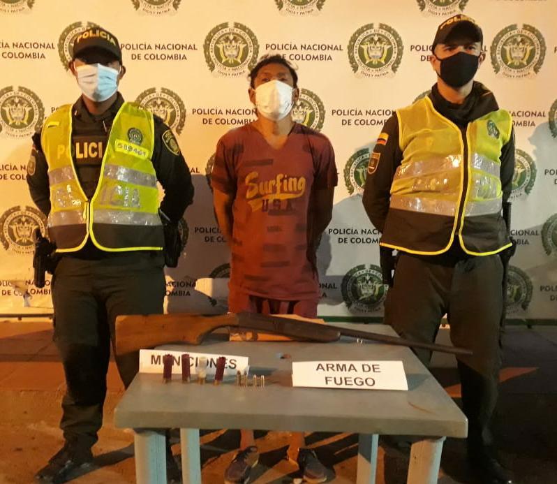https://www.notasrosas.com/Policía Guajira captura en la vía Maicao - Albania a un hombre armado con una escopeta