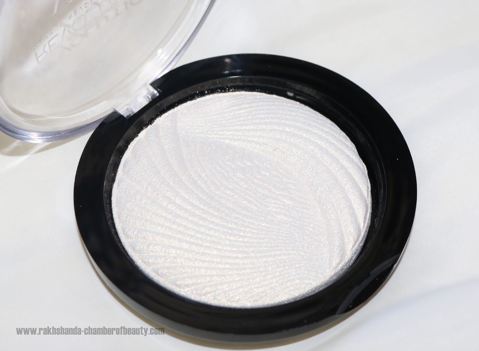affordable highlighters in India, Indian beauty blogger, Makeup Revolution London, Makeup Revolution Vivid Baked Highlighter review, review, review and swatches,