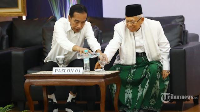 Ta'dzim, Jokowi Tuangkan Air Minum ke Gelas KH Ma'ruf Amin