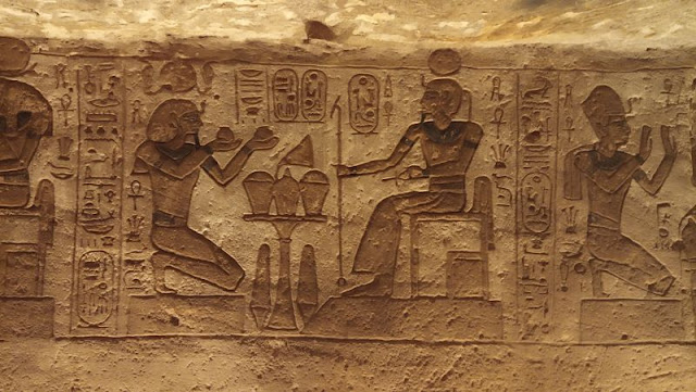 scene all'interno di abu simbel