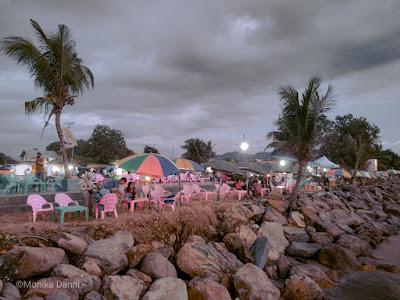 warung tenda di pantai Padang