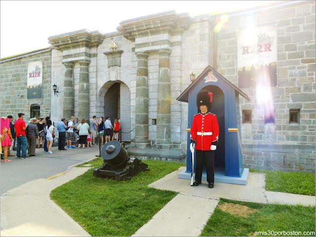 Colas en la Entrada a la Ciudadela de Quebec en Canadá