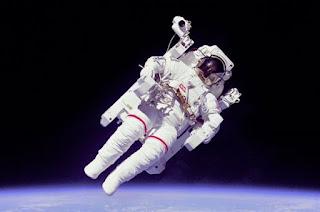 Στολή αστροναύτη με... αυτόματο πιλότο