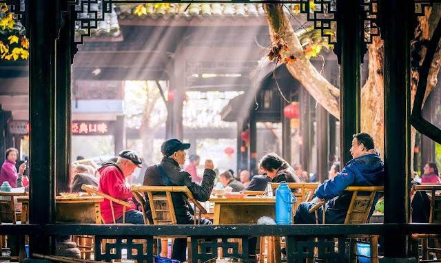 """Các gia đình người Quảng Đông có thói quen gặp nhau ở nhà hàng để ăn điểm tâm và hàn huyên bên tách trà. Hầu hết các nhà hàng ở đây đều bán những món ăn điểm tâm phong phú này. Ăn điểm tâm uống trà là chuyện không thể thiếu trong cuộc sống, nhất là đối với những người đã cao tuổi. Họ xem đó là một thú tiêu khiển, là cách để sử dụng thời gian, """"Người lớn tuổi có thể gặp nhau uống trà đọc báo suốt buổi sáng, hay suốt cả buổi chiều"""". Trong tiếng Quảng Đông có câu 1 tách trà và 2 món điểm tâm, đủ để người già sống qua một ngày."""